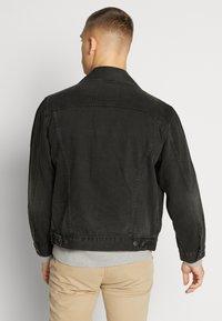 Levi's® - VINTAGE FIT TRUCKER UNISEX - Kurtka jeansowa - black - 2