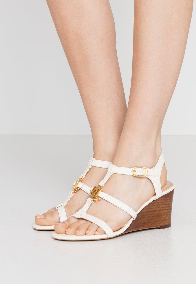 Lauren Ralph Lauren - CHARLTON CASUAL WEDGE - Sandály na klínu - vanilla