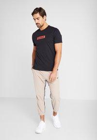 Reebok - ELEMENTS SPORT SHORT SLEEVE GRAPHIC TEE - Camiseta estampada - black - 1