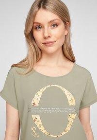 s.Oliver - Print T-shirt - khaki placed print - 4