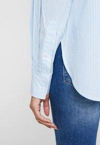 Guess - ISA - Camisa - white/light blue - 4