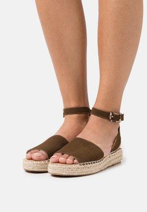 CLARA  - Sandaalit nilkkaremmillä - brown