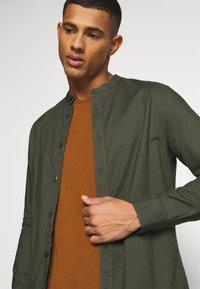 Burton Menswear London - LONG SLEEVE OXFORD GRANDAD 2 PACK - Shirt - black/karki - 5