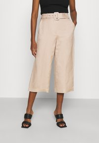 Forever New - CAMILLA BELTED CULOTTE PANTS - Kalhoty - beige/nude - 0
