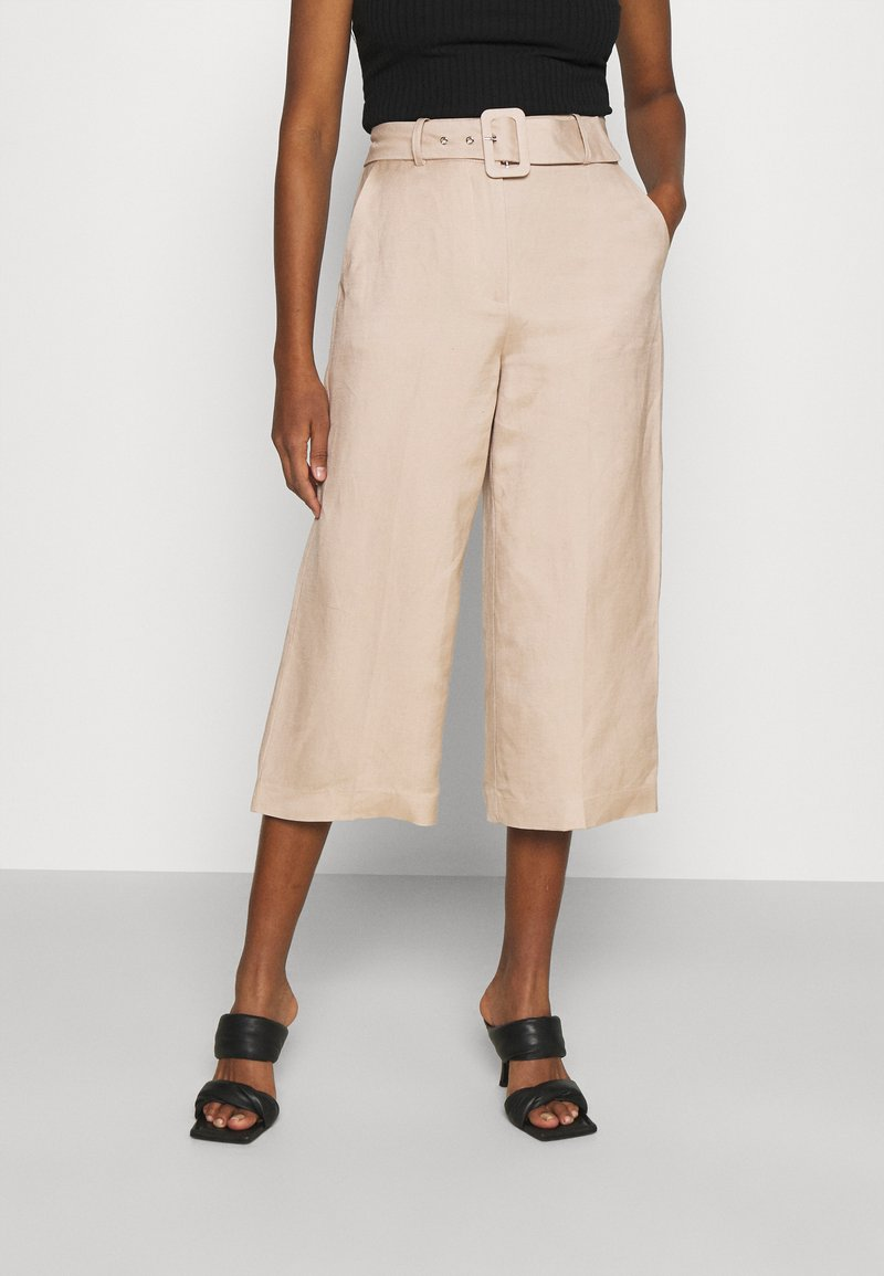 Forever New - CAMILLA BELTED CULOTTE PANTS - Kalhoty - beige/nude