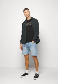 Guess - DEAL TEE - Camiseta estampada - jet black - 1
