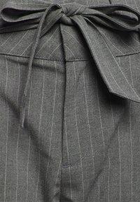 Vero Moda - VMEVA LOOSE PAPERBAG - Bukse - medium grey melange/white - 5