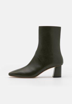 TESS SQUARE TOE BOOT - Støvletter - dark green