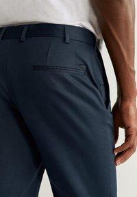Mango - SLIM FIT-HOSE AUS TECHNISCHEM GEWEBE - Pantalon classique - marineblau - 4