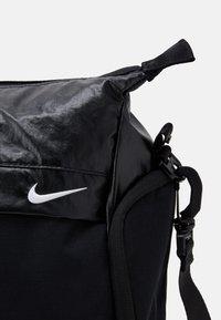 Nike Performance - RADIATE CLUB 2.0 - Bolsa de deporte - black/black/white - 3