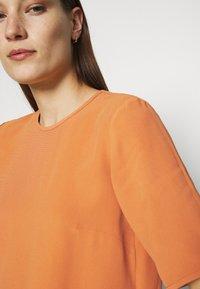 IVY & OAK - TIANA - Basic T-shirt - sienna autumn - 6