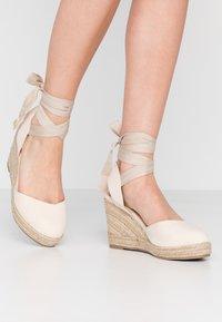 Lost Ink Wide Fit - ANKLE WRAP WEDGE  - Sandály na vysokém podpatku - cream - 0