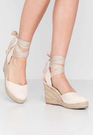 ANKLE WRAP WEDGE  - Korolliset sandaalit - cream