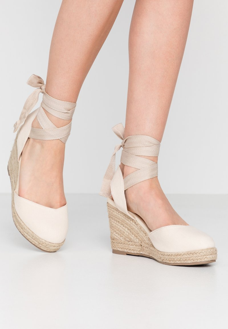 Lost Ink Wide Fit - ANKLE WRAP WEDGE  - Sandály na vysokém podpatku - cream