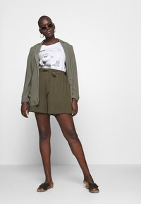 Dorothy Perkins Curve - TIE WAIST - Shorts - khaki - 1