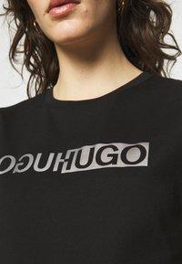 HUGO - THE SLIM TEE - T-shirts med print - black - 5
