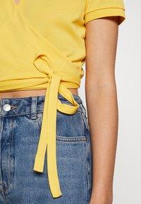 Lacoste LIVE - T-shirt imprimé - yellow - 5