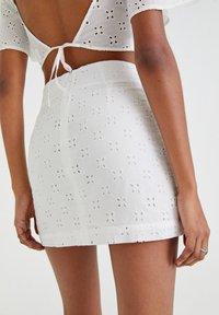 PULL&BEAR - WEISSER SCHWEIZER STICKEREI - A-line skirt - white - 4