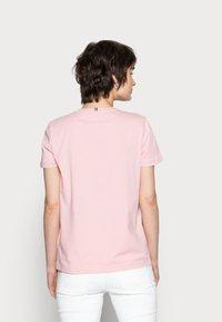 Tommy Hilfiger - CREW NECK GRAPHIC TEE - Print T-shirt - glacier pink - 2