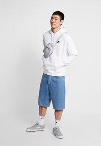 Nike Sportswear - CLUB HOODIE - Felpa con cappuccio - white/black - 1