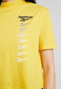 Reebok Classic - CROPEED TEE - Triko spotiskem - toxic yellow - 5