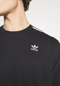 adidas Originals - UNISEX - T-shirts med print - black/white - 5