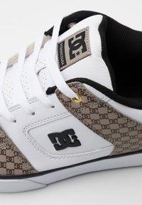 DC Shoes - PURE  - Obuwie deskorolkowe - black/white/brown - 5