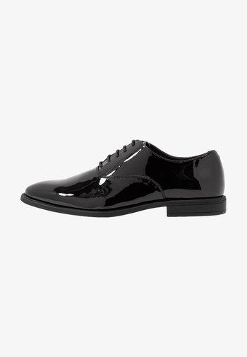 Elegantní šněrovací boty