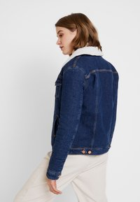 Tommy Jeans - REGULAR SHERPA JACKE - Kurtka jeansowa - mid blue - 2