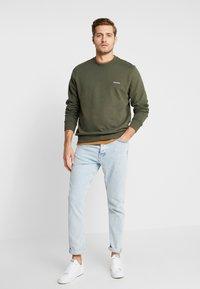 Calvin Klein - LOGO EMBROIDERY - Sweatshirt - green - 1