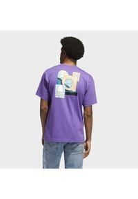adidas Originals - STILL LIFE SUMMER SHORT SLEEVE T-SHIRT - T-shirt med print - purple - 2