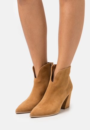 AMBER - Cowboy/biker ankle boot - brandy