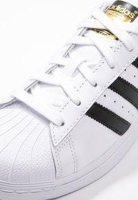 adidas Originals - SUPERSTAR - Baskets basses - white/core black - 5