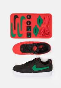 Nike Sportswear - AF1/1 UNISEX - Sneakers laag - black/chile red/pine green - 8