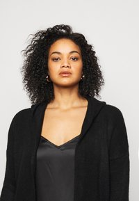 CAPSULE by Simply Be - COSY HOODED UPDATE WITH RIBBED POCKETS - Cardigan - black - 4
