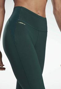 Reebok - LES MILLS® LUX PERFORM LEGGINGS - Collant - green - 3
