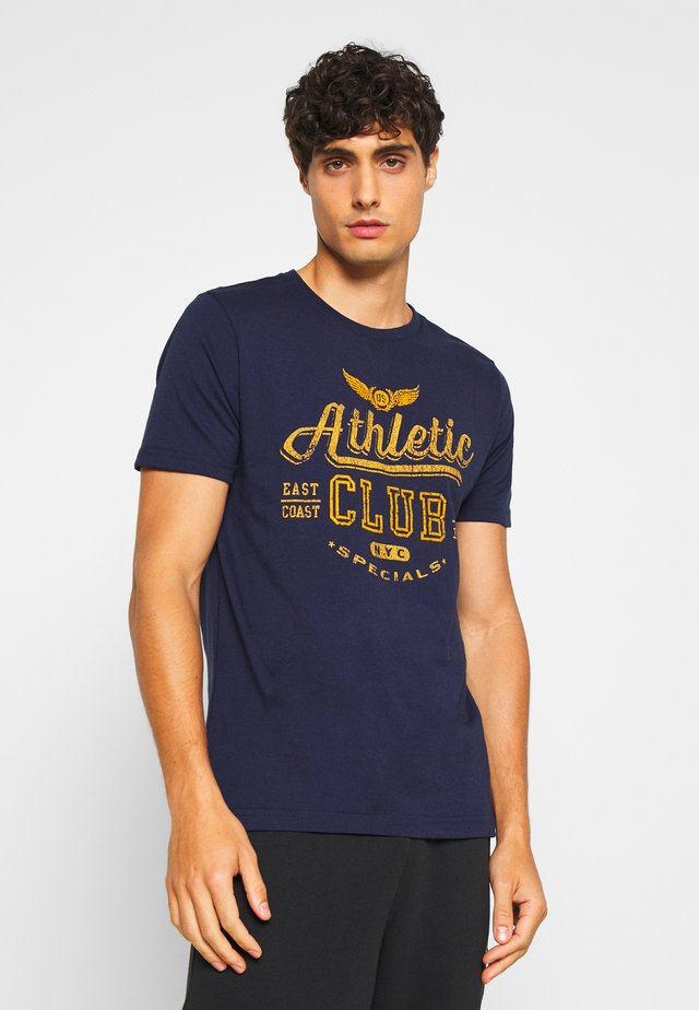 ATHLETIC CLUB FLOCK TEE - Print T-shirt - peacoat