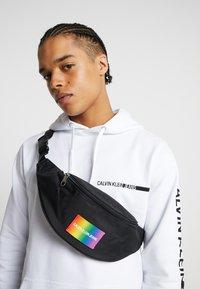 Calvin Klein Jeans - ESSENTIAL PRIDE STREET PACK - Sac banane - black - 1