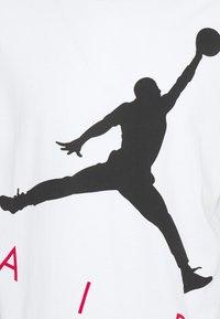 Jordan - JUMPMAN AIR CREW - Print T-shirt - white/black - 2