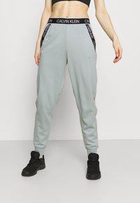 Calvin Klein Performance - PANTS - Teplákové kalhoty - green - 0