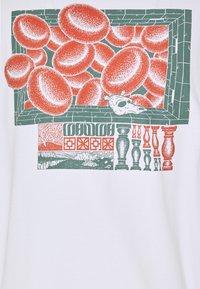 WAWWA - UNISEX CORANZULI - T-shirt z nadrukiem - white - 3