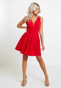 WAL G PETITE - EXCLUSIVE V-NECK MINI DRESS - Sukienka z dżerseju - red - 1