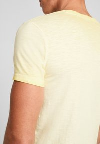 Q/S designed by - Basic T-shirt - yellow - 3