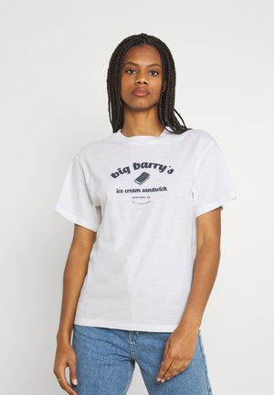 BIG BARRY TOMBOY TEE - Triko spotiskem - white