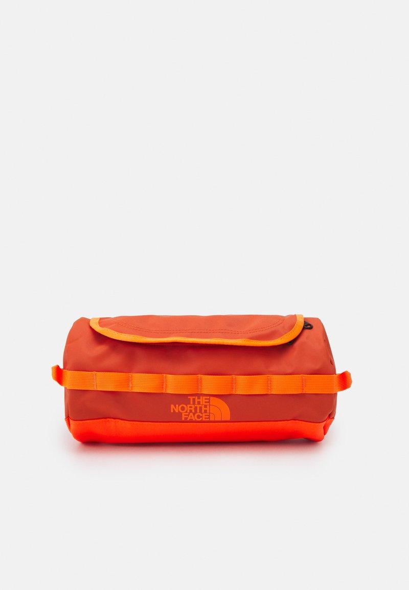 The North Face - TRAVEL CANISTER UNISEX - Trousse - burnt ochre/power orange