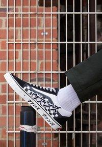 Vans - OLD SKOOL UNISEX - Trainers - black/true white - 2