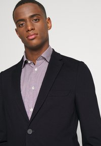 Isaac Dewhirst - THE RELAXED SUIT  - Kostym - dark blue - 6
