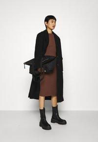 Zign - Pouzdrové šaty - dark brown - 1