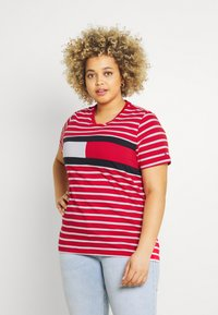 Tommy Hilfiger Curve - TEE REGULAR FIT FLAG - Print T-shirt - classic brenton / primary red - 0