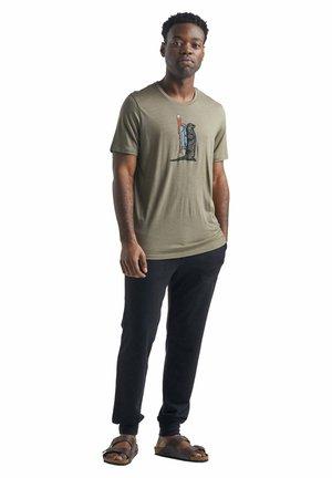 TECH LITE SS CREWE OTTER PADDLE - Print T-shirt - dunkelbraun